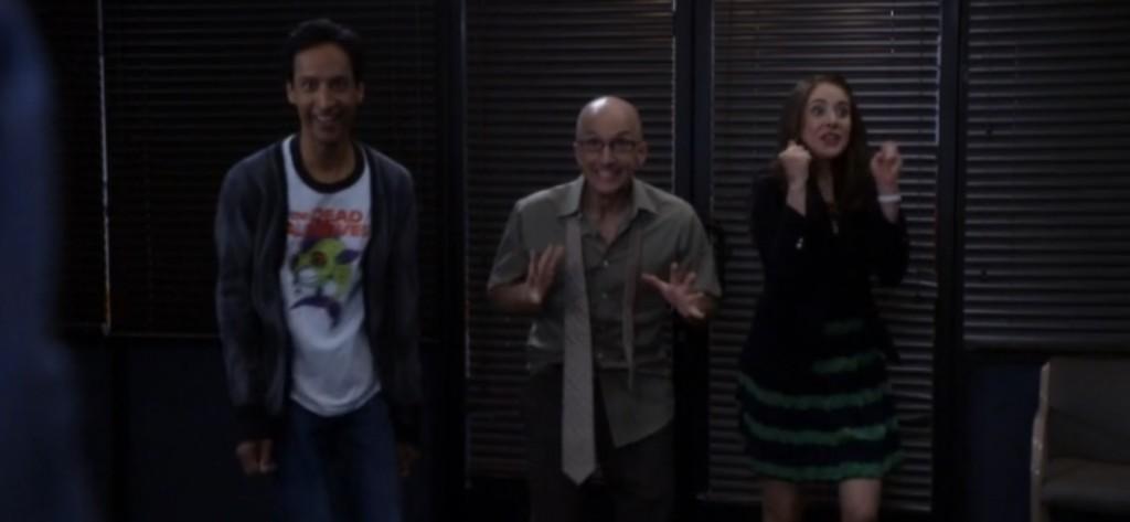 Abed, Dean y Annie celebrando la posibilidad de salvar Greendale