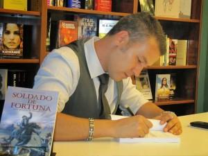 Alexis Brito, en una firma de ejemplares