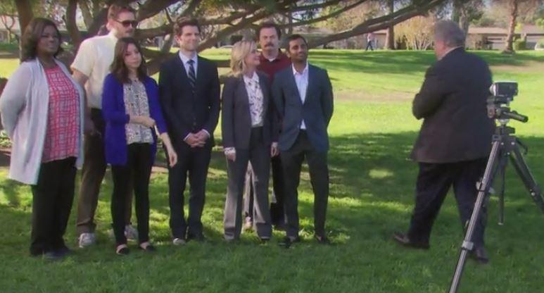 """Escena del último capítulo de """"Parks and Recreation"""" con los protagonistas de su última temporada"""